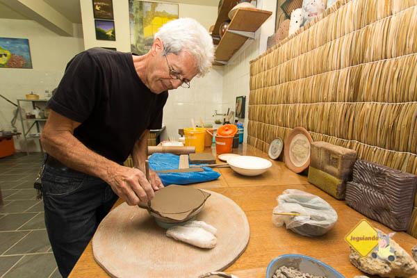 Cristiano Quirino nos deu uma aula básica sobre cerâmica. Imagem: Erik Pzado