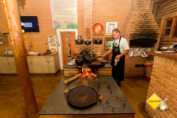 O chef cuidando de uma porção de panceta. Restaurante Dona Felicidade. Cunha, SP. Imagem: Erik Pzado