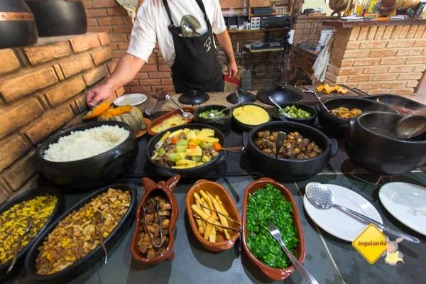 Comida mineira no forno à lenha do Restaurante Dona Felicidade. Cunha, SP. Imagem: Erik Pzado