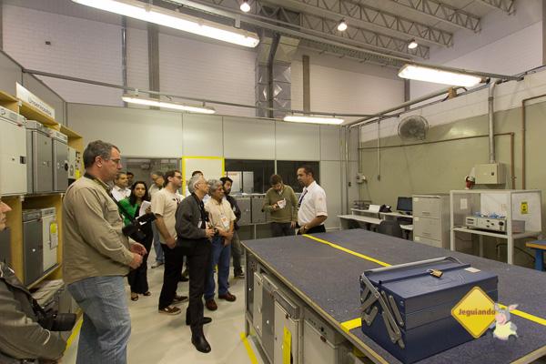 Adriano Guimarães, coordenador da Oficina de Interiores falando sobre a manutenção de fornos. Imagem: Erik Pzado