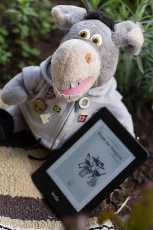 Jegueton testando o Kindle com o livro Papo de Viagem. Imagem: Erik Pzado