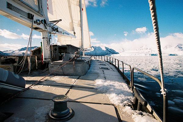 Veleiro Paratii 2 em águas geladas. Imagem: Amyr Klink