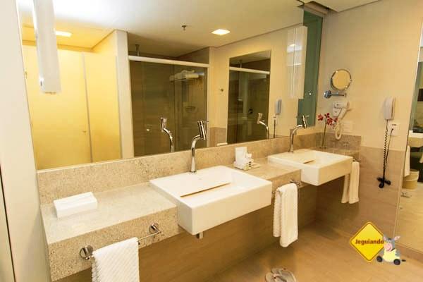 Banheiros equipados, decoração elegante. Mercure Salvador Rio Vermelho. Salvador, Bahia. Imagem: Janaína Calaça