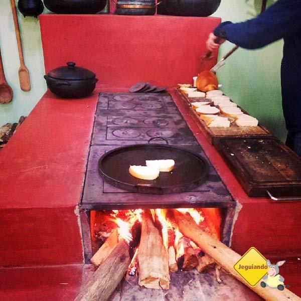 Pãozinho na chapa preparado no fogão à lenha. Imagem: Janaína Calaça