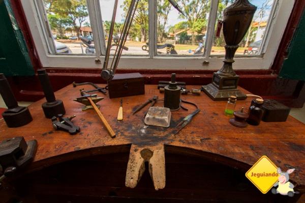 Mesa de trabalho do Paulo, onde o ourives confecciona as peças da Casa do Sino. Imagem: Erik Pzado