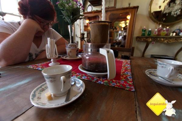 Café coado na mesa. Casa do Sino, Tiradentes, MG. Imagem: Erik Pzado