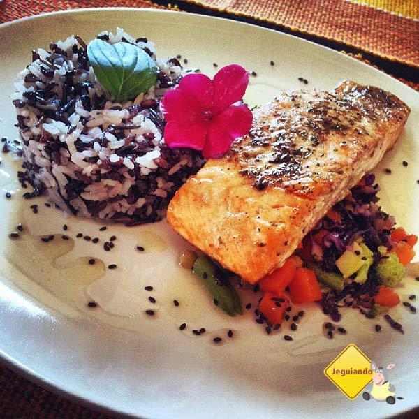 Salmão com trilogia de arroz. Restaurante Lusitania, Tiradentes, MG. Imagem: Janaína Calaça