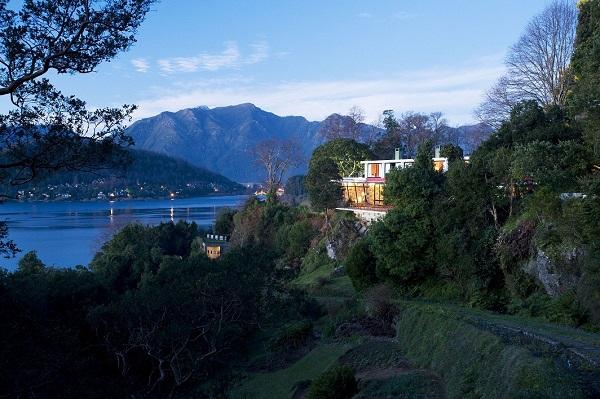 Hotel Antumalal, Lago Villarrica e centro de Pucón ao fundo. Imagem: Divulgação