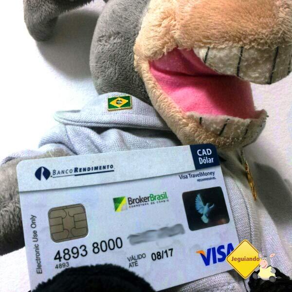 Jegueton com seu Visa Travel Money. Imagem: Erik Araújo