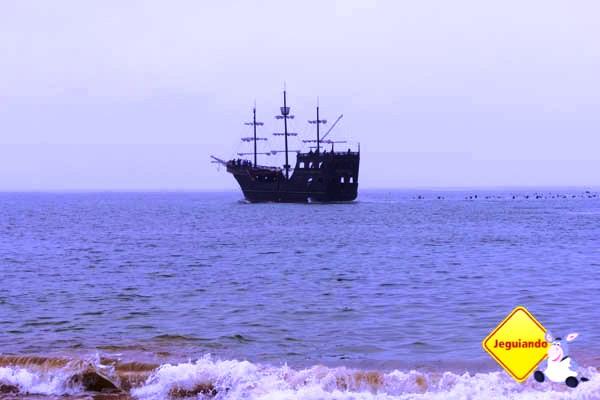 Embarcação deixando a praia de laranjeiras. Imagem: Erik Araújo
