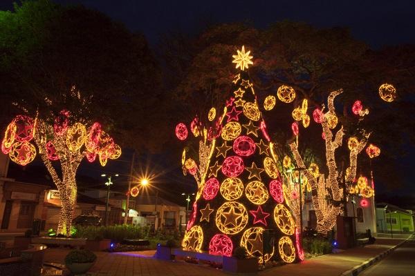Natal Luz de Guararema. Imagem: Claudio Gatti/ Fonte: http://www.guararema.sp.gov.br/441/calendario+de+eventos/
