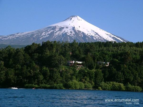 Vulcão, lago e hotel. Imagem: Divulgação