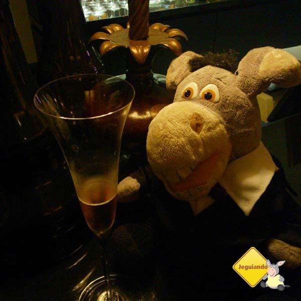 Jegueton relaxando no bar do Bistrô. Imagem: Erik Araújo