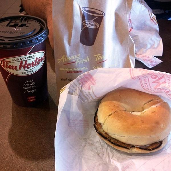 Bagel com cream cheese e café. Halifax, Canadá. Imagem: Janaína Calaça