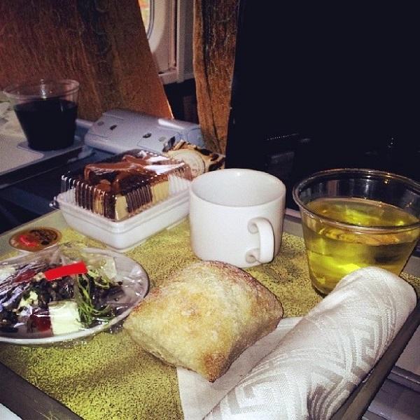 Entrada e sobremesa. Lasanha vegetariana. Business Class do The Corridor, da companhia de trens Via Rail. Imagem: Janaína Calaça