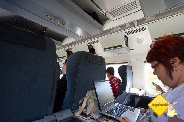 Trabalhando no The Corridor, Economy Class. Via Rail. Trecho de Montréal a Québec City. Imagem: Erik Araújo