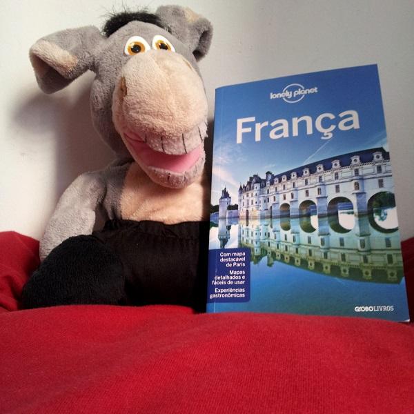 Jegueton e o novo Guia Lonely Planet da França. Imagem: Janaína Calaça