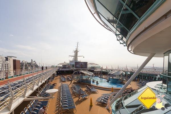 Deck com piscina externa e espreguiçadeiras. Imagem: Erik Araújo