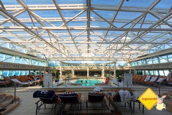 Solário com piscina e jacuzzis. Imagem: Erik Araújo