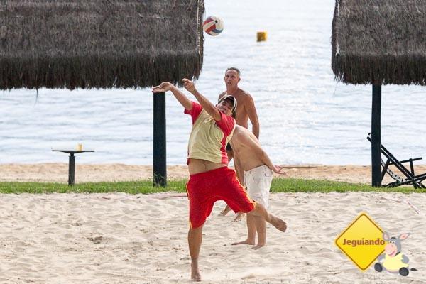 Thiago Araujo, gerente de lazer do resort, participando de um jogo de vôlei com os  hóspedes. Imagem: Erik Araújo