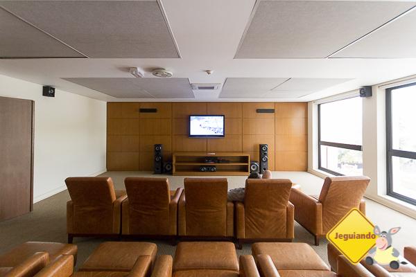 Sala com home theater para sessões de filmes diárias. Imagem: Erik Araújo