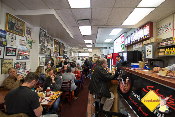 Almoço no Schwartz's. Montréal, Québec. Imagem: Erik Araújo