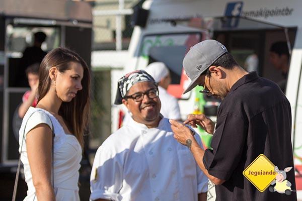 Chef e DJ Arturo Herrera e Tatá, mostrando fotos de sua última viagem. Imagem: Erik Araújo