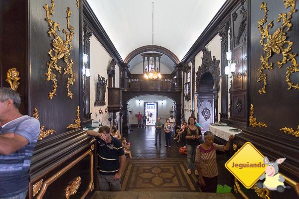 Devoção perante o altar do Convento da Penha. Imagem: Erik Araújo #DescubraoES