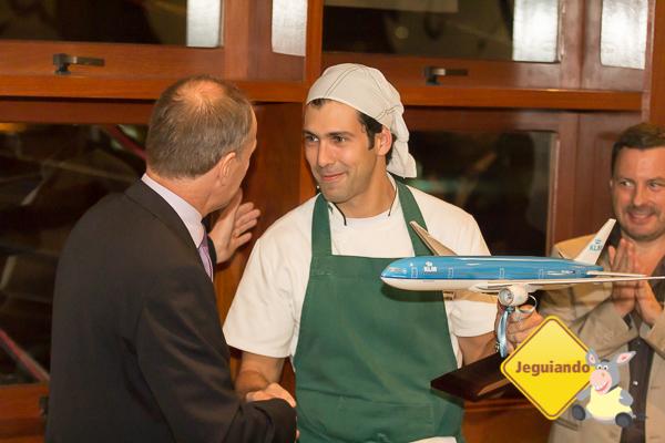 Wim Spelt presenteia Rodrigo Oliveira com maquete de aeronave. Imagem: Erik Araújo