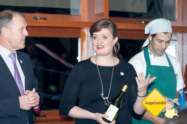 Sommelier da KLM apresentando a carta de vinhos. Imagem: Erik Araújo