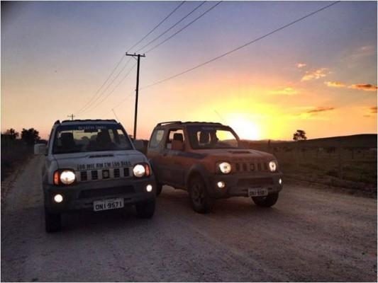 Jimnys na estrada. Imagem: Suzuki