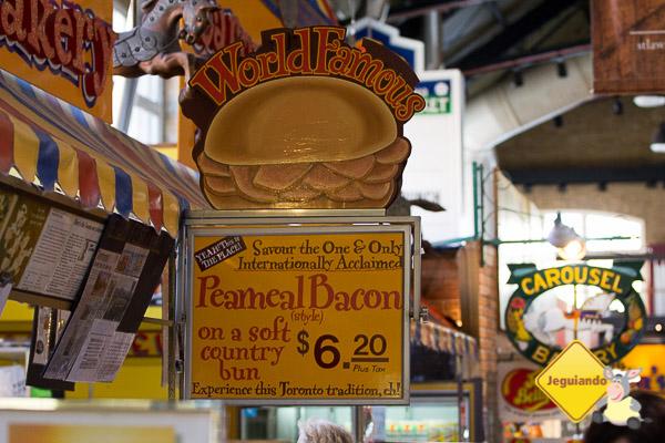 Carne defumada sendo preparada para rechear um dos mais famosos sanduíches de Toronto. St. Lawrence Market. Toronto, Ontário. Imagem: Erik Araújo