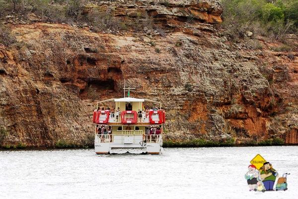 Uma das opções de fazer o passeio pelo Cânion do Xingó é pegar o catamarã que parte do Restaurante Karrancas. Imagem: Erik Araújo
