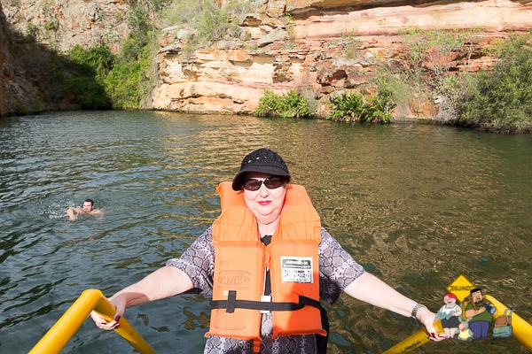 Minha mãe tentando decidir se ia cair na água ou não. Imagem: Janaína Calaça