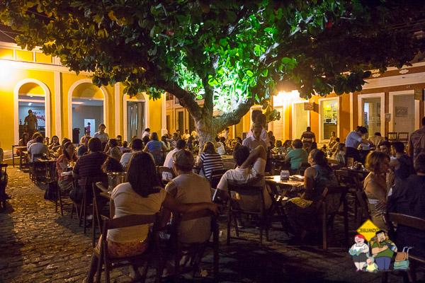 Centro de Piranhas à noite, ótimo para tomar uma cervejinha, conversar e forrozear. Imagem: Erik Araújo