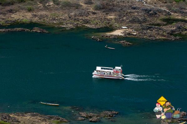 Catamarã partindo para um dos passeios oferecidos em Piranhas. Imagem: Erik Araújo