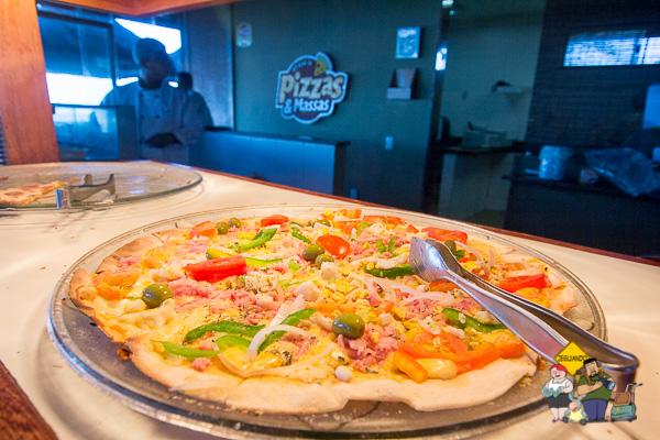 Pizzas e crepes são servidos na hora. Imagem: Erik Araújo