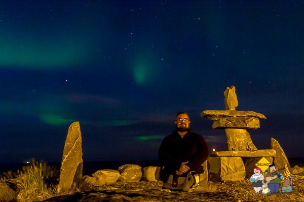 Aurora Boreal e EU em frente ao Inukshuk de Churchill, Manitoba. Imagem: Erik Araújo (e timer :-P)