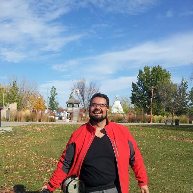 Erik aproveitando um dia ensolarado em Winnipeg. Imagem: Janaína Calaça
