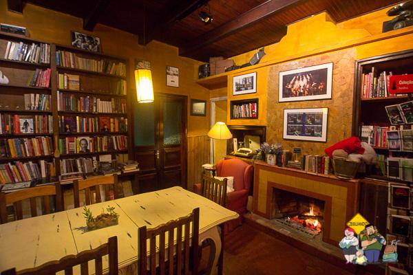Lareira e livros. Imagem: Erik Araújo