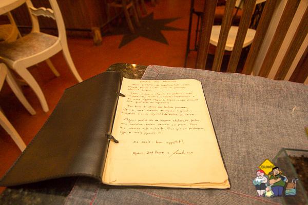 Um cardápio manuscrito. Imagem: Erik Araújo