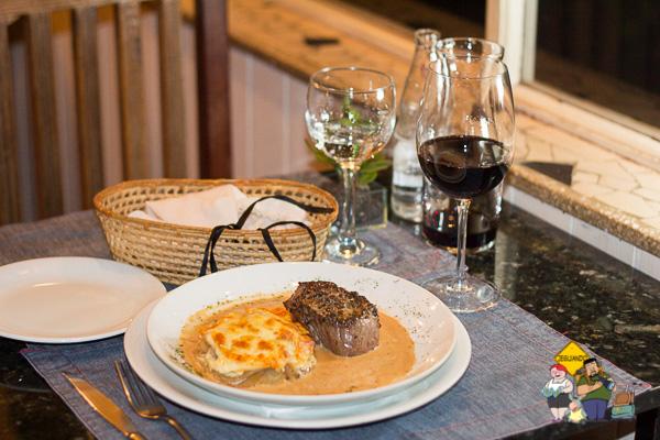 Steak au Poivre e vinho tinto. Imagem: Erik Araújo