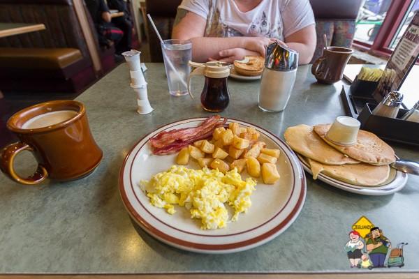 Panquecas, ovos mexidos e hash browns. Imagem: Erik Araújo