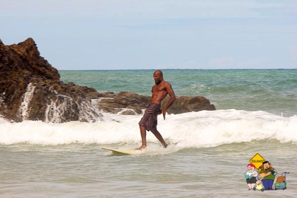 A Praia da Ribeira é indicada para iniciantes na prática do surf. Imagem: Erik Araújo