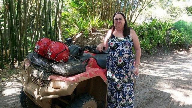 Minha sogra, sã e salva, depois de atravessar o atoleiro no quadriciclo. Imagem: Janaína Calaça
