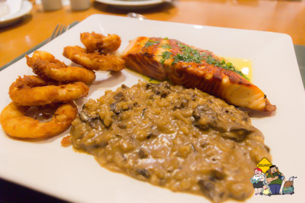 Risoto funghi e salmão. Imagem: Erik Araújo