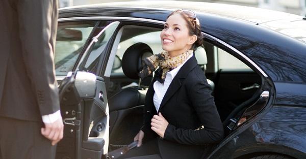 Mulheres que viajam sozinhas têm mais segurança em seus deslocamentos com a Blacklane. Imagem: Divulgação