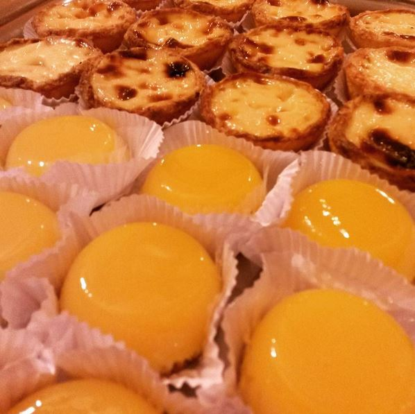 Pastéis de Belém e quindins. Imagem: Janaína Calaça
