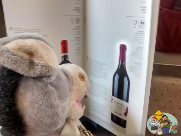 Jegueton bisbilhotando a carta de vinhos. Imagem: Erik Araújo