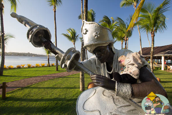 Jegueton e escultura de Oxalá de Tatti Moreno. Imagem: Erik Araújo